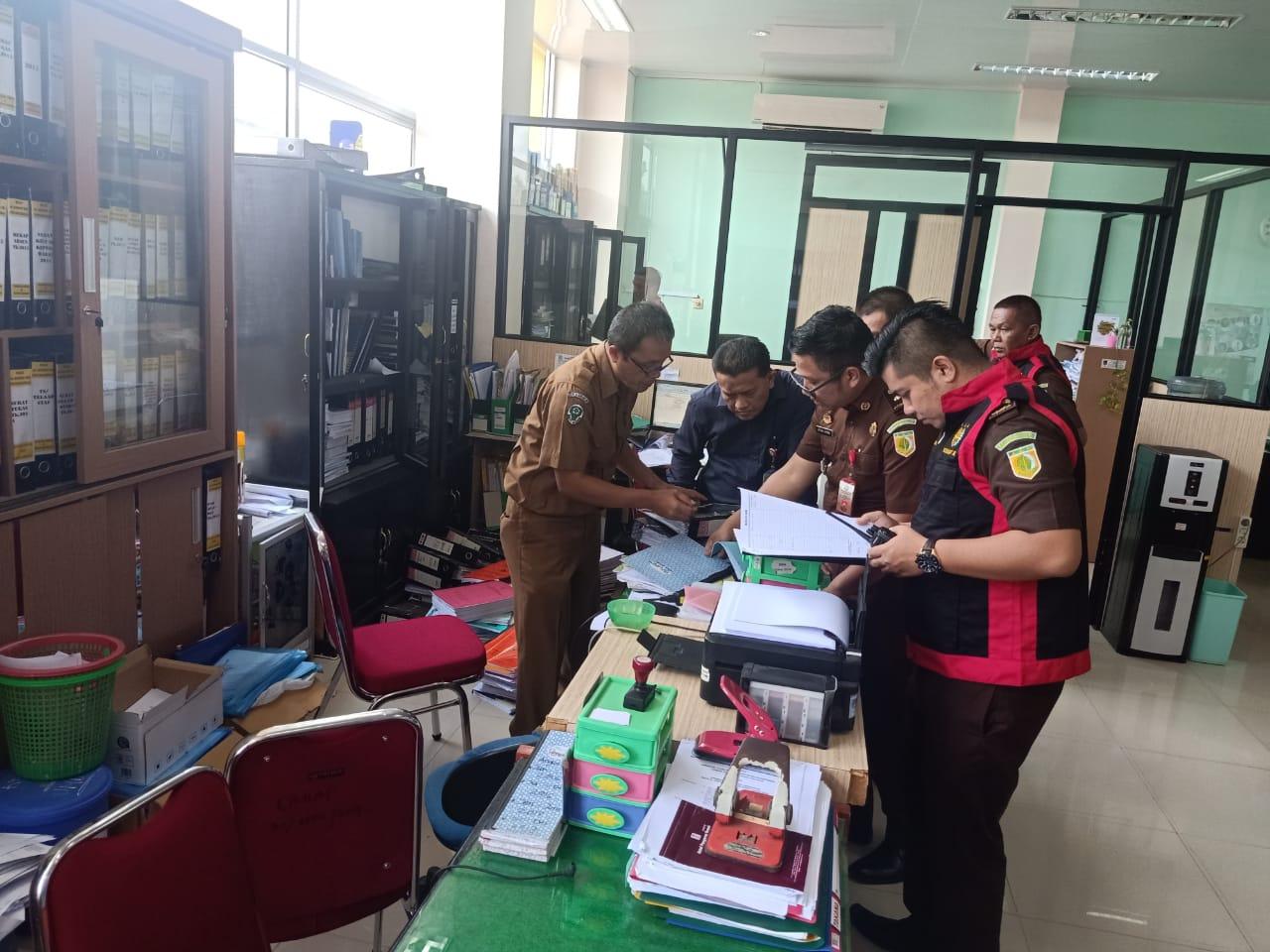 Penyidik dari Kejaksaan Negeri Payakumbuh geledah ruangan RSUD Adnan WD Payakumbuh terkait dugaan korupsi incenerator