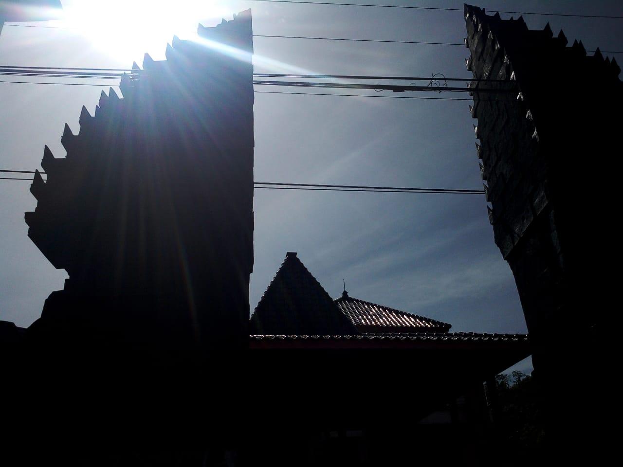 Gapura Desa Di Desa Tulungrejo, Diklaim Terbesar Se-Kabupaten Malang. (foto: Dodik)
