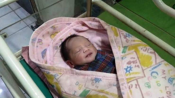 Penemuan Bayi Laki-laki Terbungkus Kantong di Palembang, Polisi Ini Siap Adopsi. (foto: tribunnews)