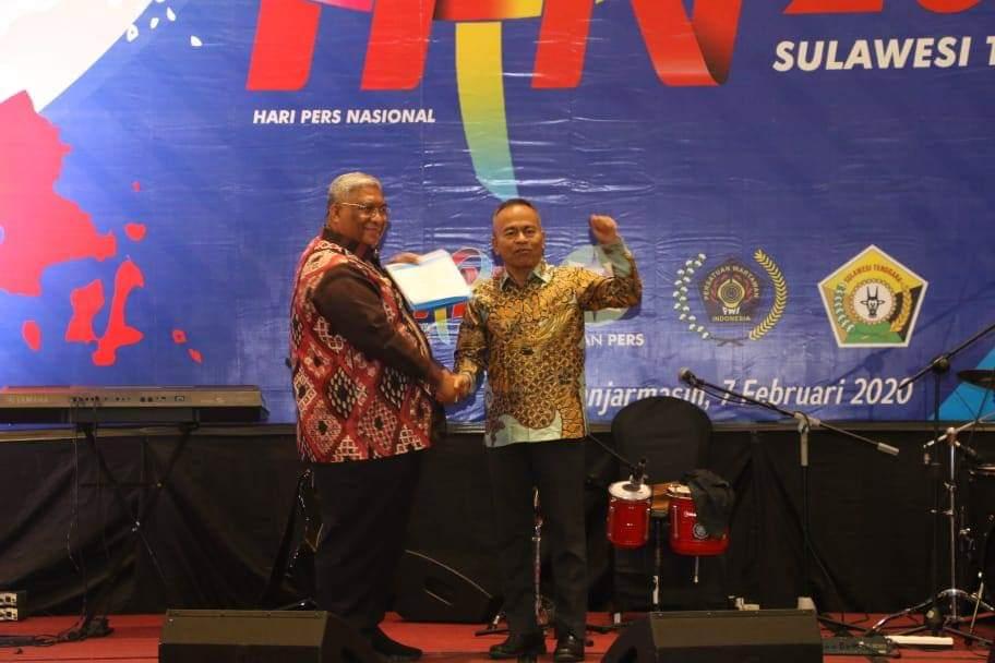 Gubernur Sultra Ali Mazi (kiri) bersama dengan Ketua PWI Pusat Atal Depari (kanan) di Hotel Golden Banjarmasin, (7/2/2020). (foto: Humas Kota Kendari)