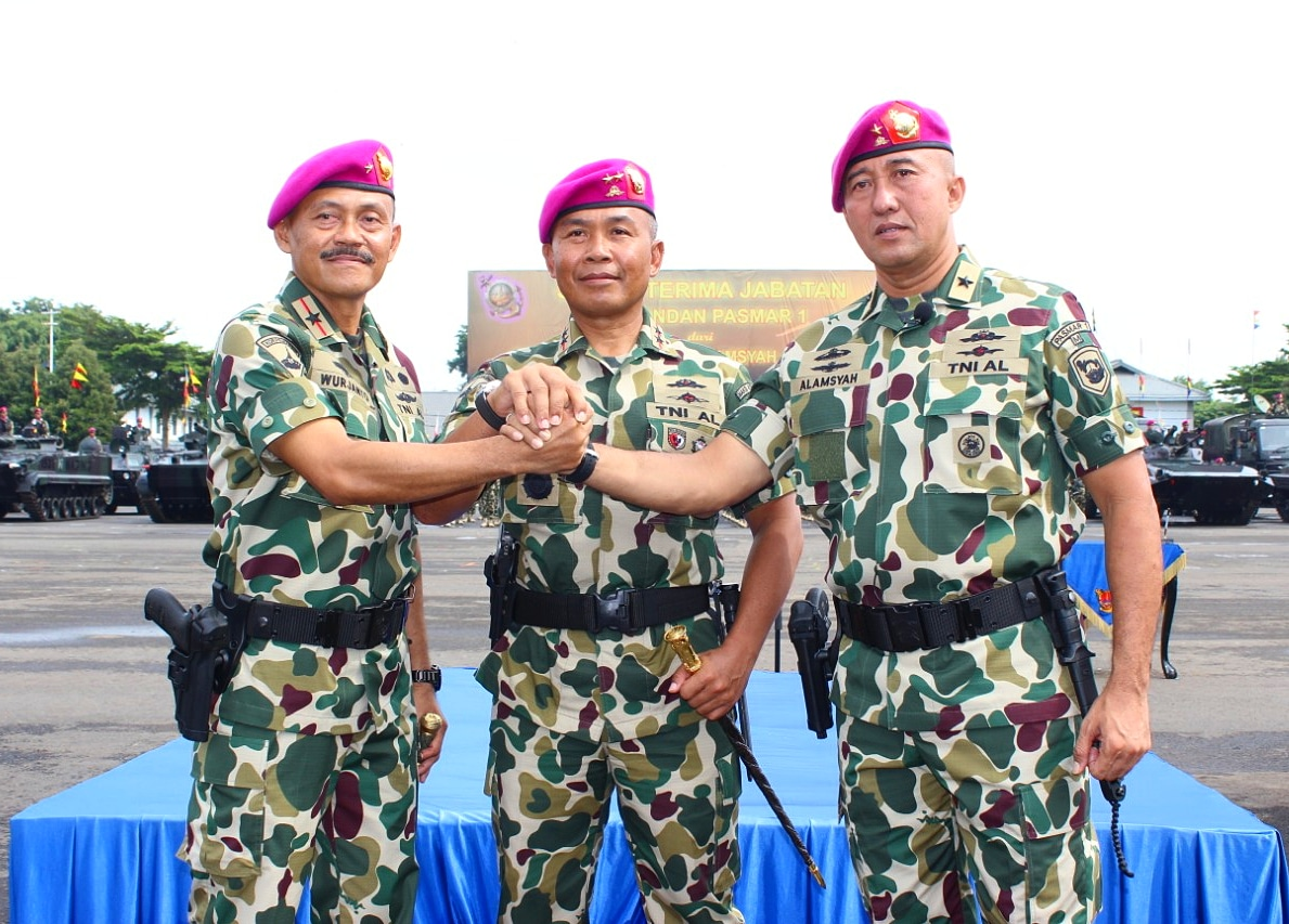 Sertijab DANPASMAR1, Komandan Korps Marinir Mayor Jenderal TNI (Mar) Suhartono (tengah) melakukan salam komando dengan Komandan Pasmar-1 Brigadir Jenderal TNI (Mar) Wurjanto (kiri) dan pejabat lama Brigadir Jenderal TNI (Mar) Nur Alamsyah (kanan) saat Upacara Serah Terima Jabatan Danpasmar-1 di Kesatrian Marinir Hartono, Cilandak, Jakarta, Selasa (18/2/2020).