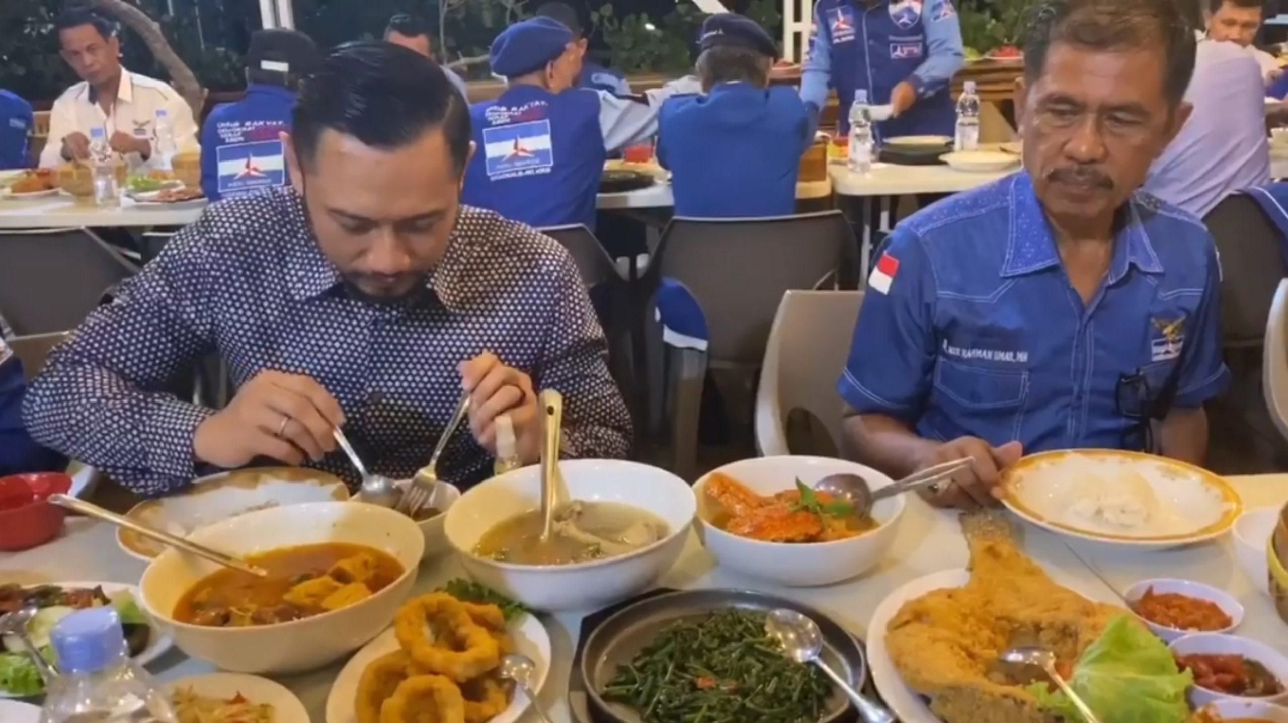 Agus Harimurti Yudhoyono makan malam bersama rekannya di Rumah Makan Kampung Bakau Kendari (6/2/2020). (Foto: Istimewa)