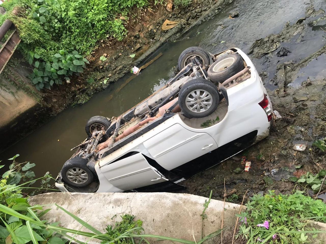 Mobil Kijang Innova putih masuk ke sungai Pasar Panjang pada Jumat pagi (7/2/2020)