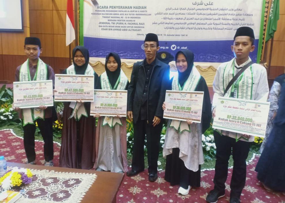 Pembina PTQ Al-Hudzaifiyyah Kolaka, Ustadz Baharuddin (keempat dari kiri) bersama para santrinya di salah satu hotel di Jakarta