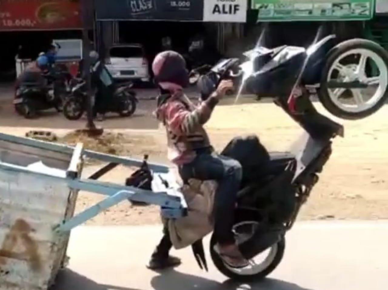 Pria di Kendari angkat ban motor ditengah jalan. (Foto : Istimewa)