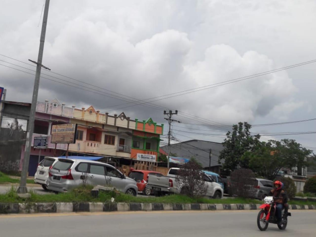 Kabel listrik putus di Jalan Jend. A. H. Nasution Anduonohu. (Foto : Risman/kendariinfo)