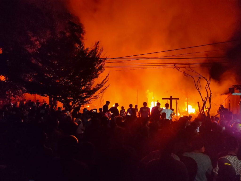 Ratusan warga memadati lokasi kebakaran di Jalan Sunu, Kabupaten Kolaka. (Foto : wawan/kolakainfo)