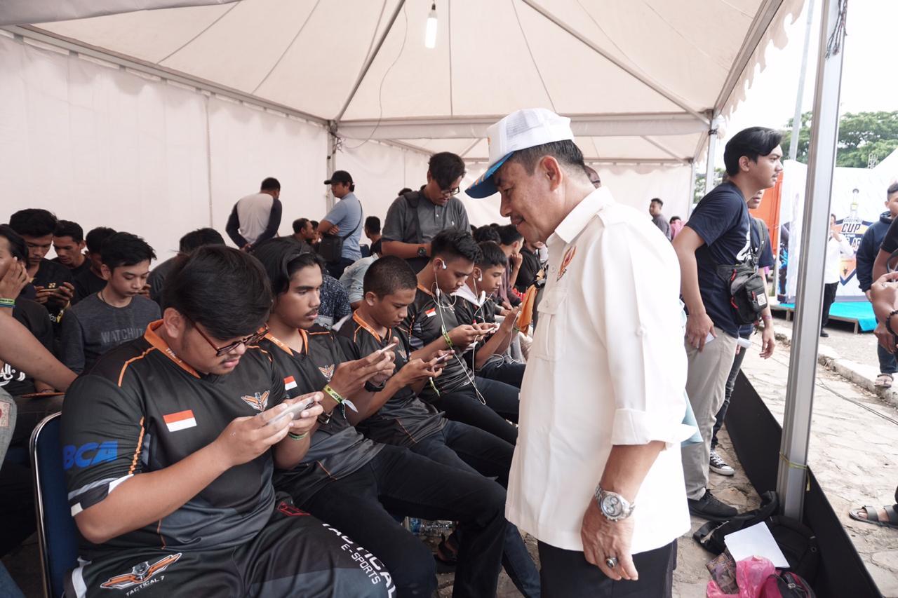 Paserta turnamen esport sedang bertanding di Tugu Religi Kendari, Jum'at 21/2/2020. (Foto : Bagus/kendariinfo)
