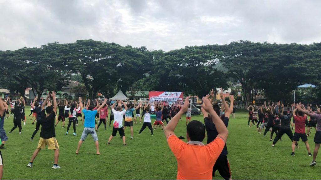 Komunitas olahraga di Kendari melakukan senam.