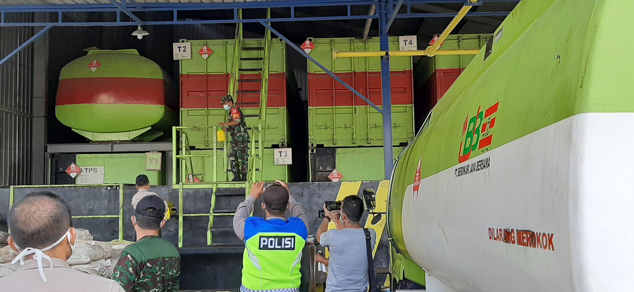 Anggota TNI-Polri Semprot Pabrik Oli PT Berdikari Jaya Bersama Agar Karyawan Pabrik Terbebas Dari Paparan Virus Corona. (foto: istimewa)