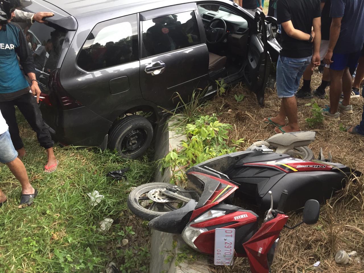 Laka Lantas di Kendari, Mobil Oleng Hantam Tiga Pengendara Motor. (foto: istimewa)