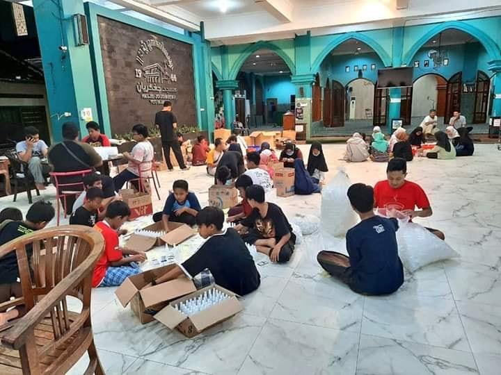 Cegah Penyebaran Virus Corona, Masjid Jogokariyan Bagikan 5000 Hand Sanitizer Gratis. (foto: twitter @jogokariyan)