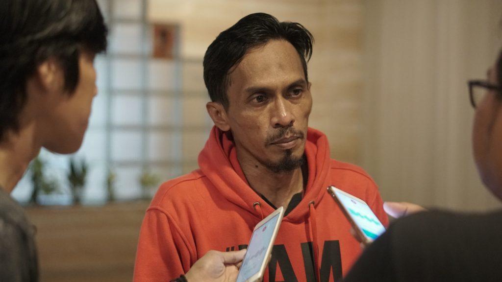 Rere sutradara Film Tenripada saat diwawancarai di Hollywood Square Kendari.
