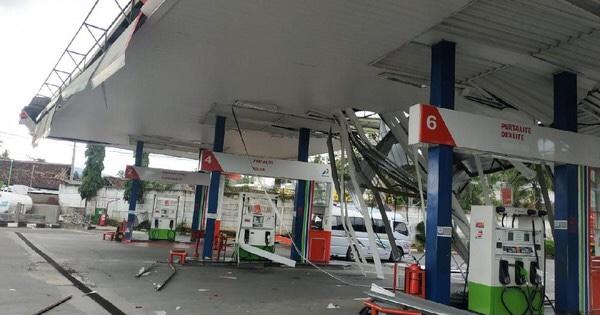 SPBU Ambarawa Diterjang Angin Kencang, Atap SPBU dan Rumah Terbang. (Dok. Pertamina)
