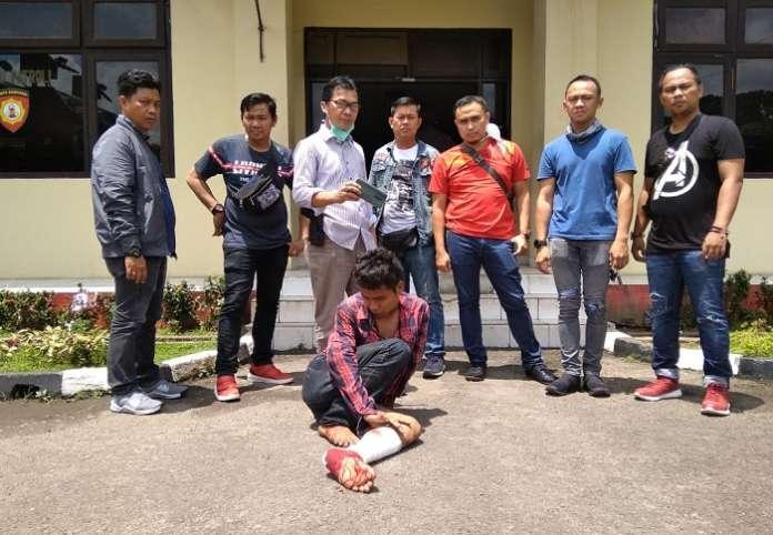 Copet di Pasar 16 Ilir Palembang Ditangkap, Timah Panas Bersarang di Kakinya. (foto: sumselupdate)