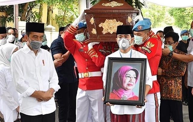 Jenazah Ibunda Presiden Jokowi Disholatkan di Masjid Baiturrachman