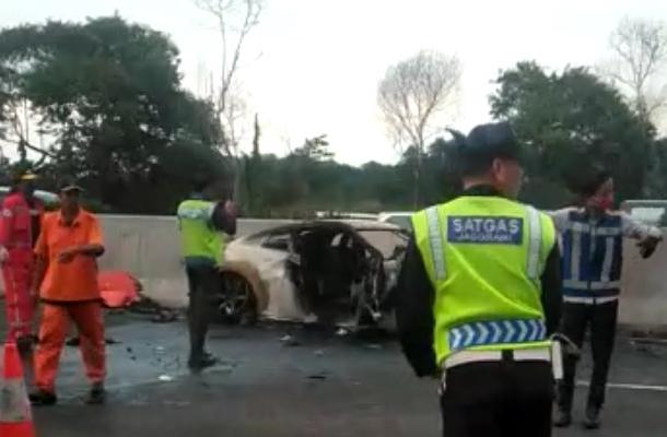 Wakil Jaksa Agung Tewas dalam Insiden Mobil Terbakar di Tol Cibubur. (screenshot video)