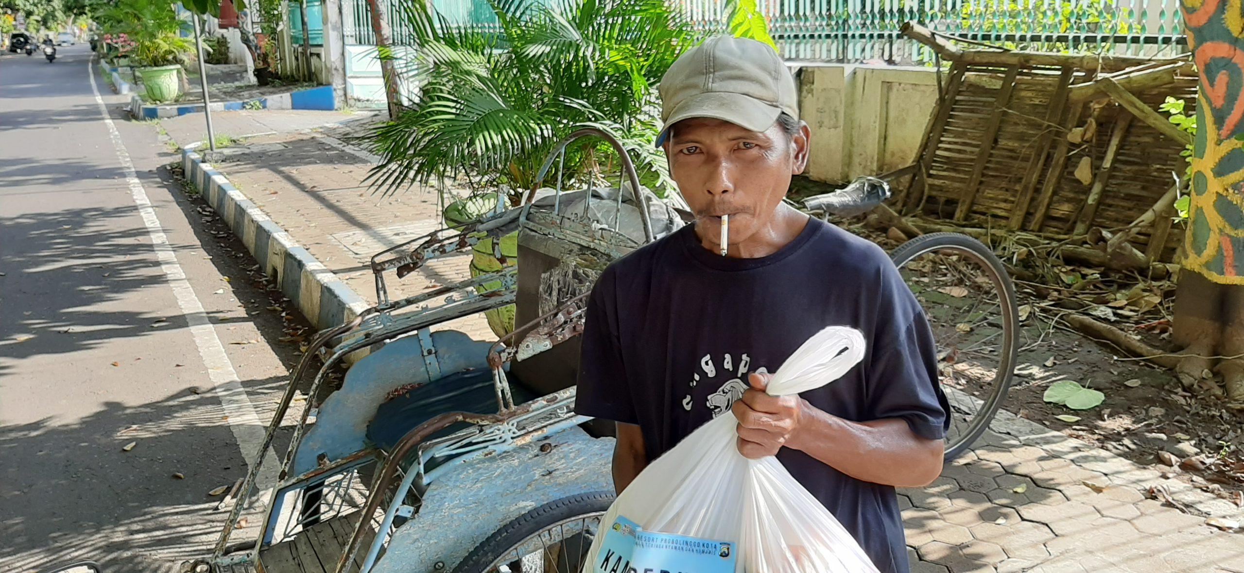 Jurnalis Bersama Polres Probolinggo Kota Bagikan Puluhan Paket Sembako Ke Warga Terdampak Virus Covid-19