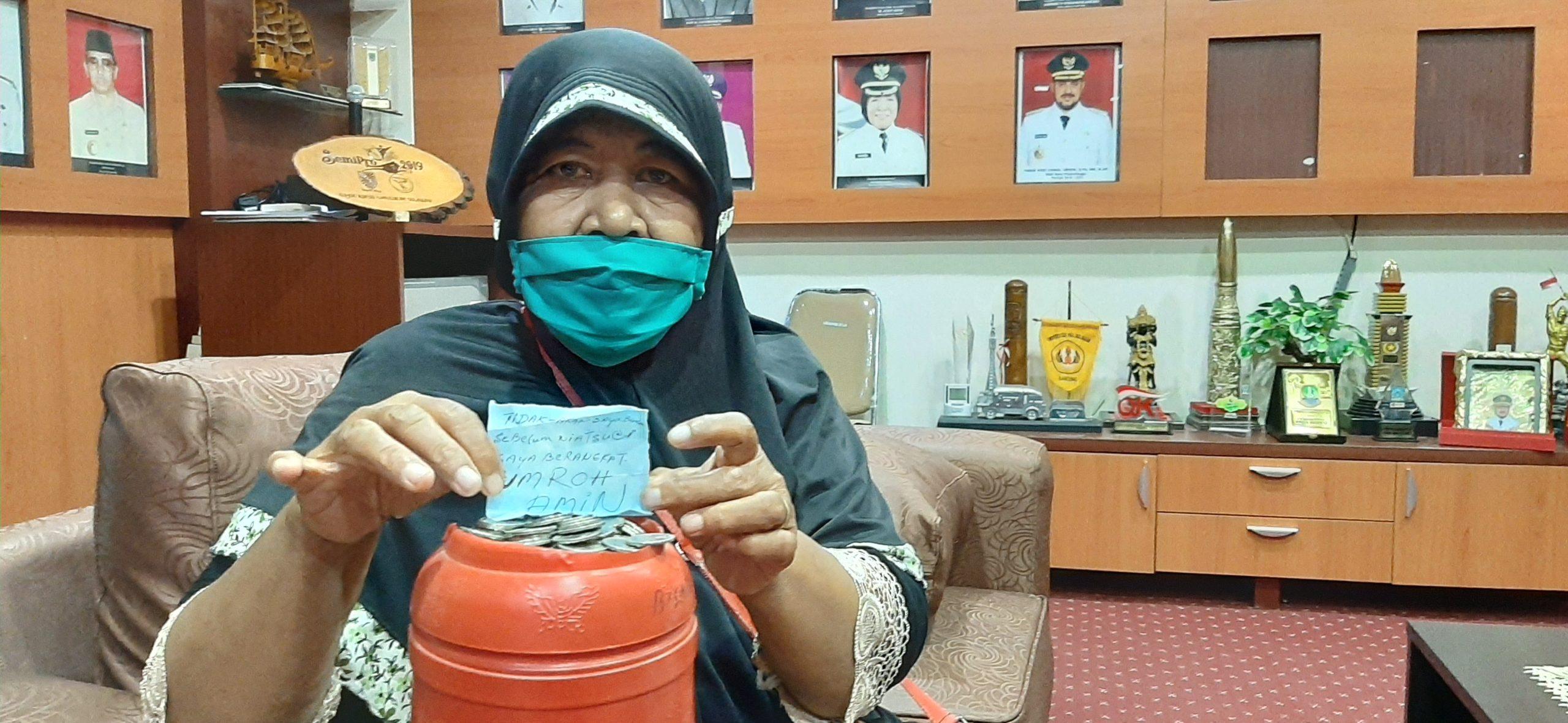 Nenek Sunarsih Sumbangkan Celengan Berisi Uang Koin Hasil Jualan Nasi Pecel Ke Satgas Covid-19 Kota Probolinggo