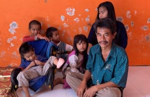 Miris, Seorang Ayah Jual Ponsel Rusak Demi 5 Anak dan Sekilo Beras. (foto: Ajo Hendri/ istimewa)