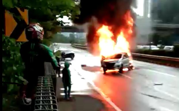 Mobil Terbakar di Tol Dalam Kota Grogol, Pengemudi Tewas. (screenshot video)
