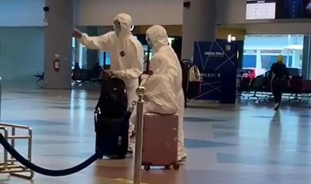 Penumpang Pakai Baju APD Saat Datangi Counter Check In di Bandara SMB II Palembang