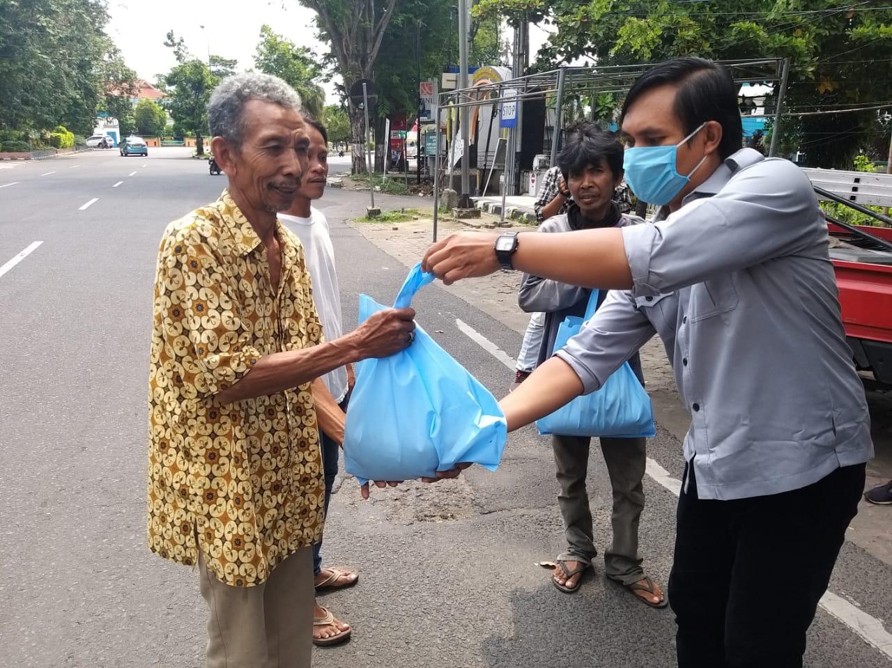 Peduli Dampak Corona, IJTI NTB dan MOI Mataram Bagikan Ratusan Paket Sembako