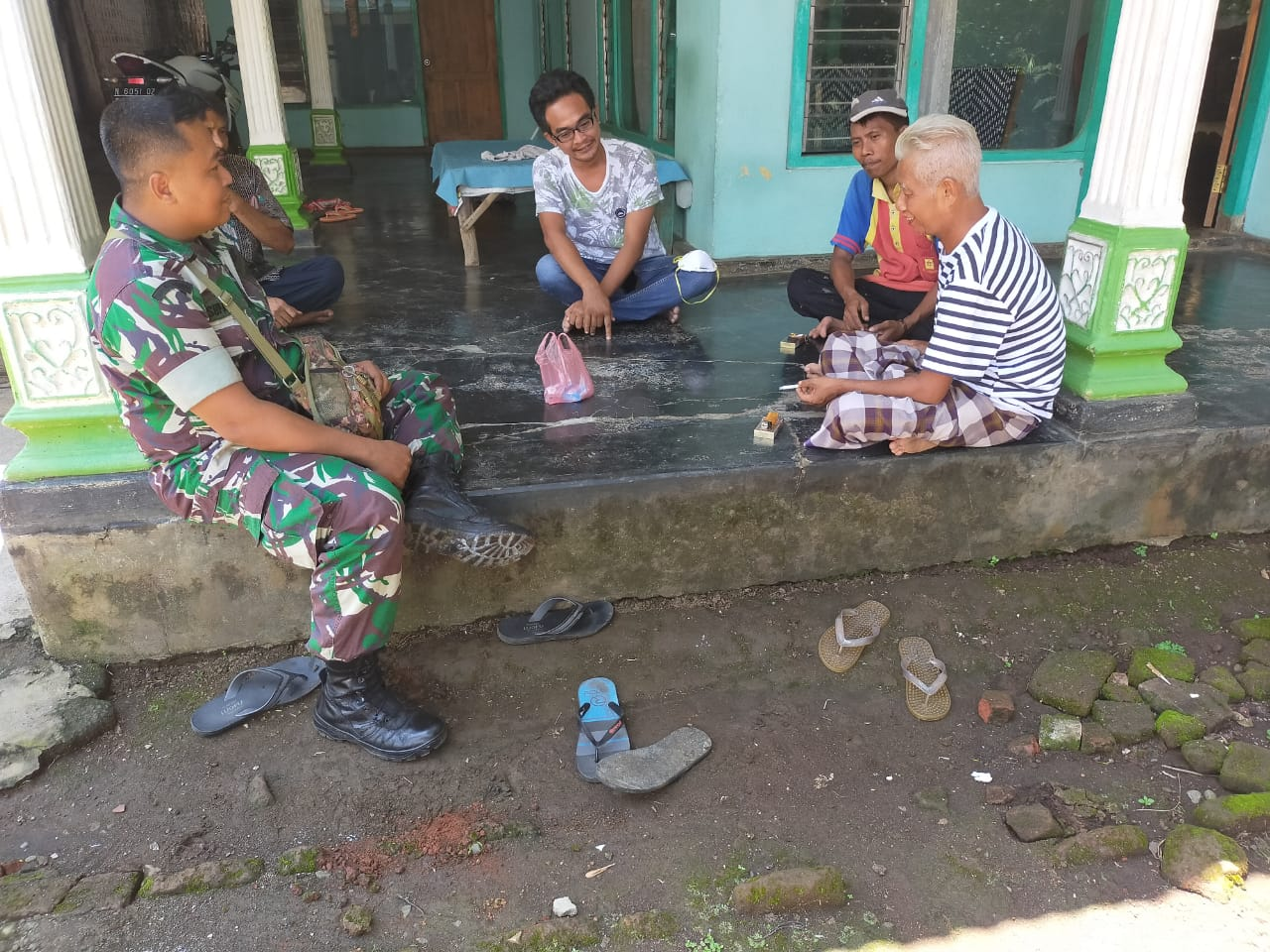 Babinsa Berikan Pemahaman Bahaya Covid-19 di Wilayah Warga Binaan