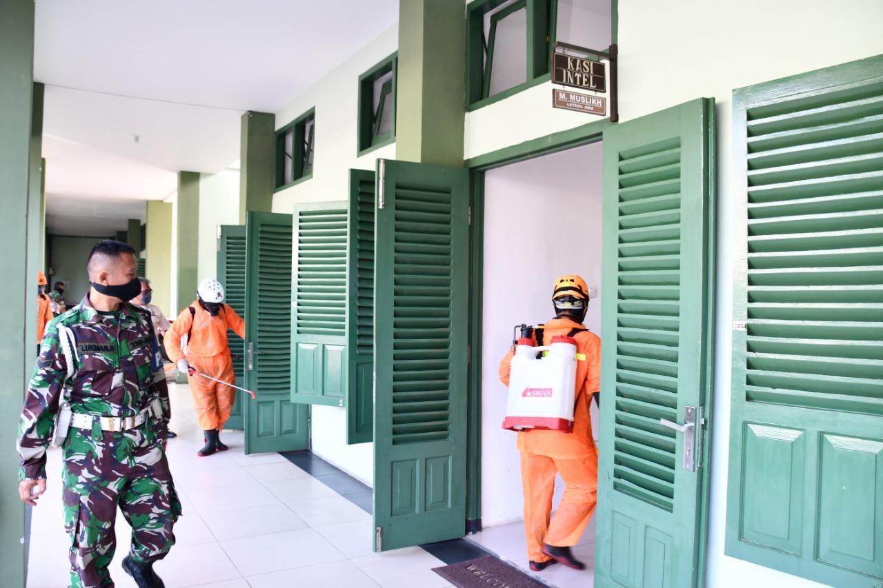 Minimalisasi Penyebaran Covid-19, BPBD Kota Malang Lakukan Disinfektan di Makorem 083/Bdj