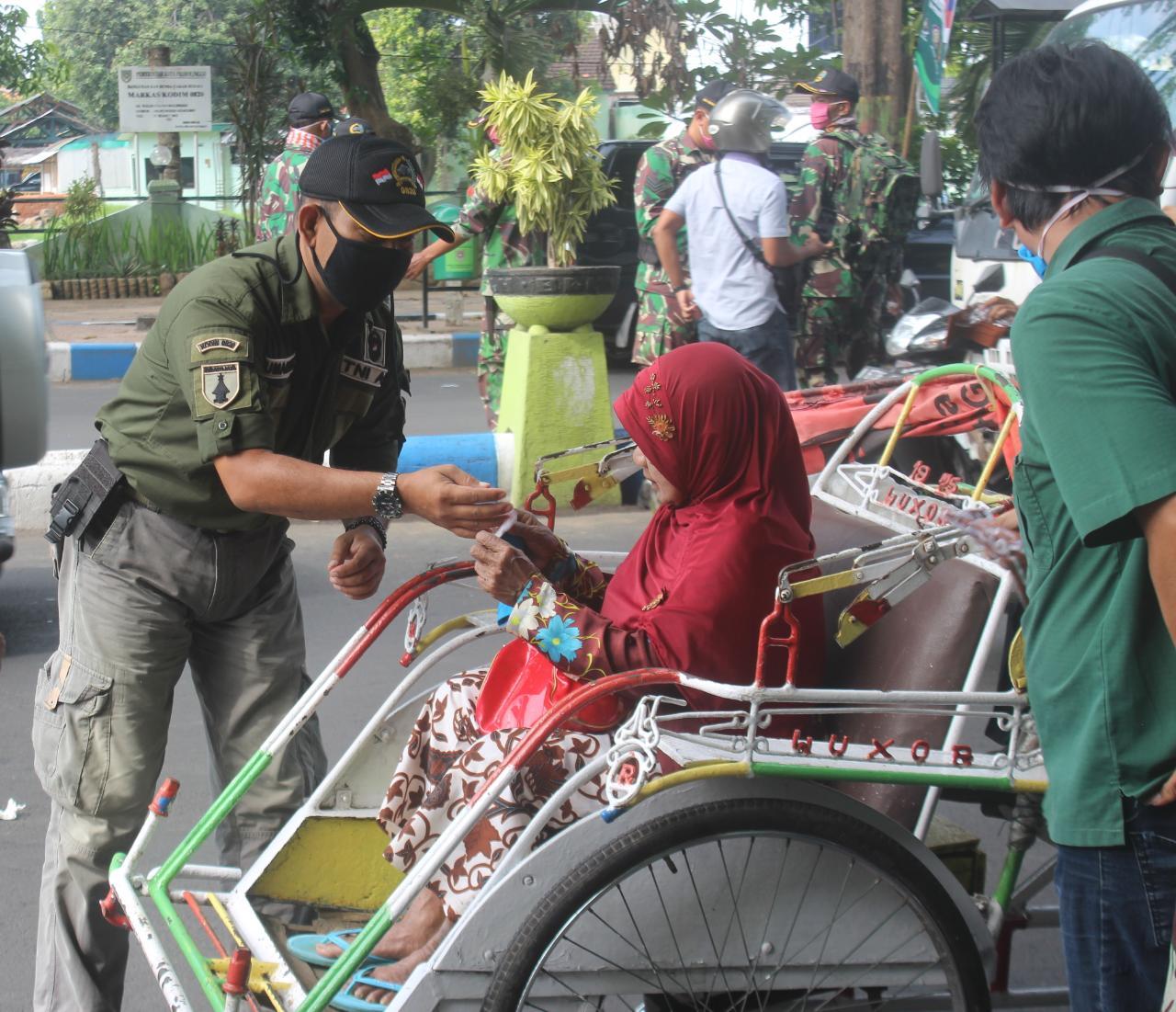 Anggota TNI Bersama Komunitas NRPG Probolinggo Bagikan Masker Untuk Masyarakat
