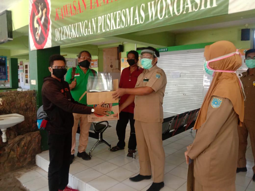 Jurnalis Kota Probolinggo Berkolaborasi Dengan Kecamatan Wonoasih Bagikan 50 APD Ke Tim Medis