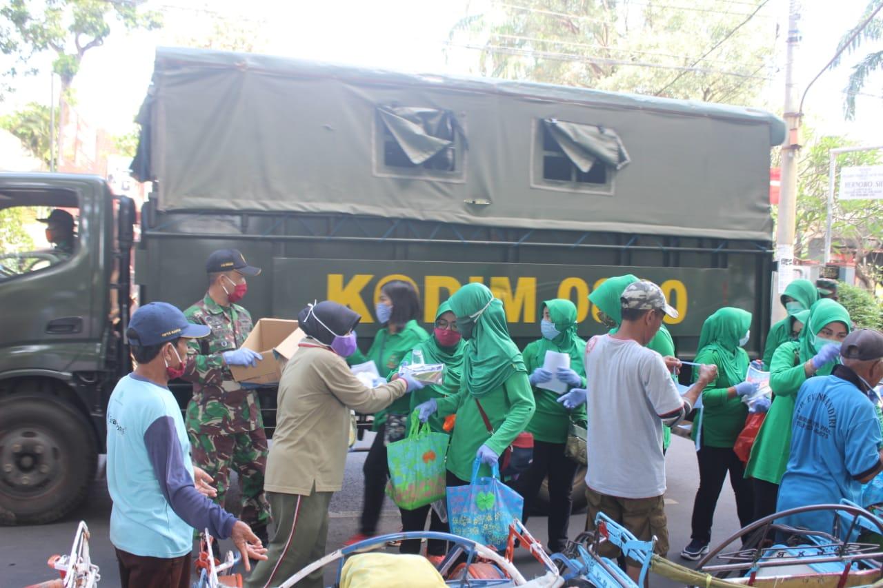 Keluarga Besar Kodim 0820 Probolinggo Beri Sembako dan Masker Gratis Ke Pengguna Jalan