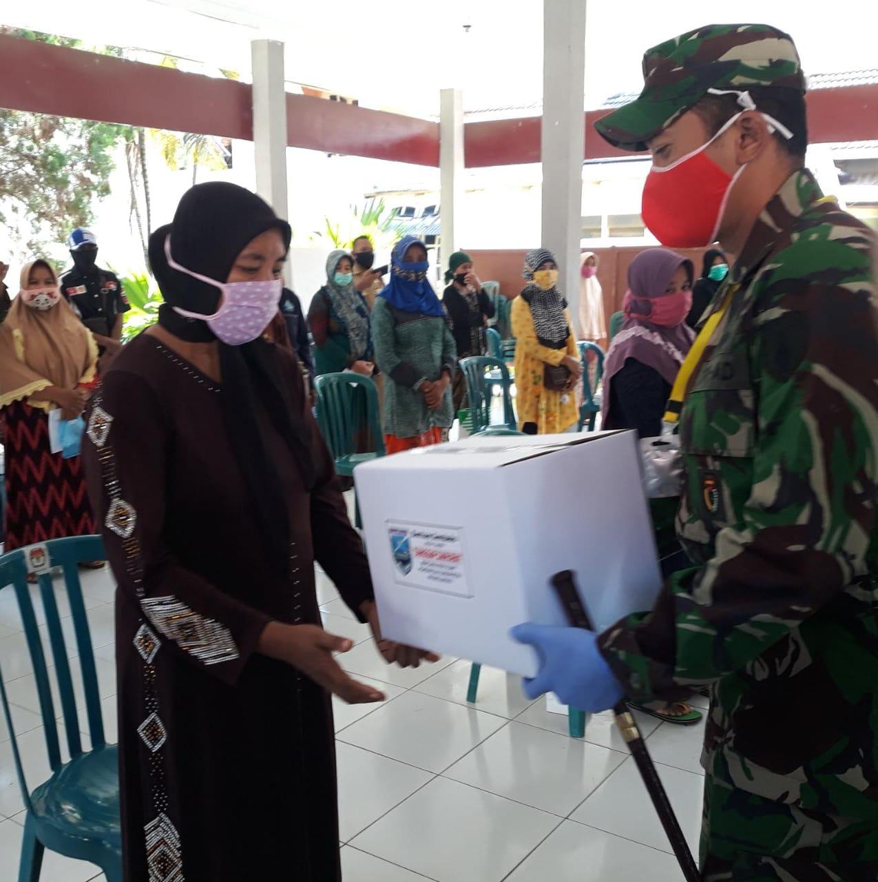 Komandan Kodim 0820 Serahkan Bantuan Sosial Dalam Rangka Tanggap Darurat Bencana