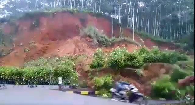 Detik-detik Pemotor Terpental Diterjang Tebing Longsor di Cianjur