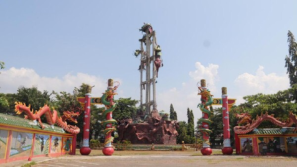 Patung Dewa Kong Co Setinggi 30 Meter di Kelenteng Tuban Runtuh