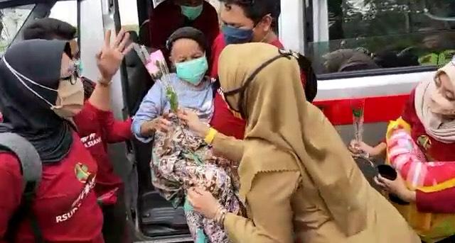 Pasien Corona Pertama di Pangkep Sembuh, Disambut Haru Keluarga