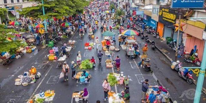 Pasar Pagi Salatiga Terapkan Physical Distancing Diacungi Jempol. (foto: Rahmad Wahjoe)