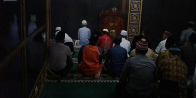 Tak Mau Ketahuan Petugas, Warga Makassar Matikan Lampu Masjid Saat Sholat Tarawih
