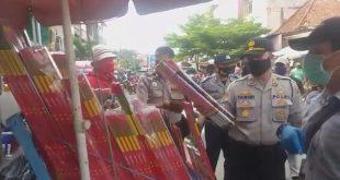 Jaga Ketenangan Bulan Ramadhan, Polisi Razia Petasan di Pasar Plaju Palembang