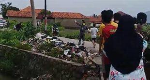 Diduga Bawa Jenazah Corona, Warga Bandung Hadang Ambulans dan Teriaki Petugas Medis