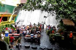 Makan di Restoran Air Terjun Labasin di Filipina. (istimewa)