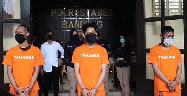 Ditangkap Kasus Prank Sembako Isi Sampah, YouTuber Ferdian Paleka Minta Maaf. (foto: TMC Polrestabes Bandung)