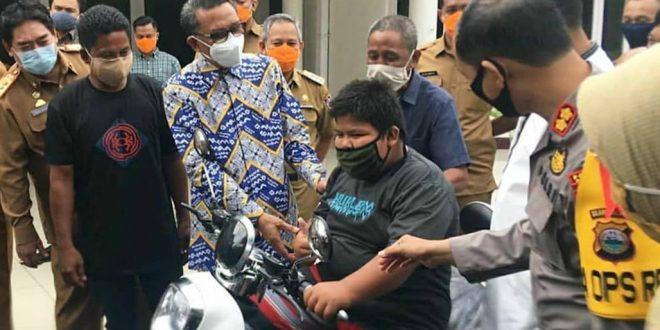 Rizal Penjual Jalangkote Dapat Beasiswa dan Sepeda Motor Listrik dari Gubernur Sulsel. (foto: istimewa)
