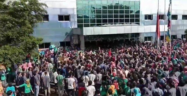 Ribuan Buruh Demo di Sukabumi Tolak Pembayaraan THR Dicicil Perusahaan