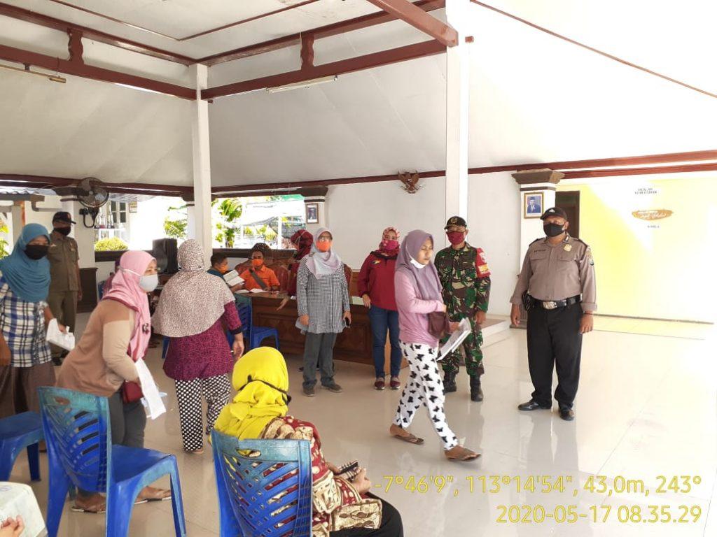 Babinsa Koramil 0820/22 Dringu Kawal Pembagian BST (Bantuan Sosial Tunai)