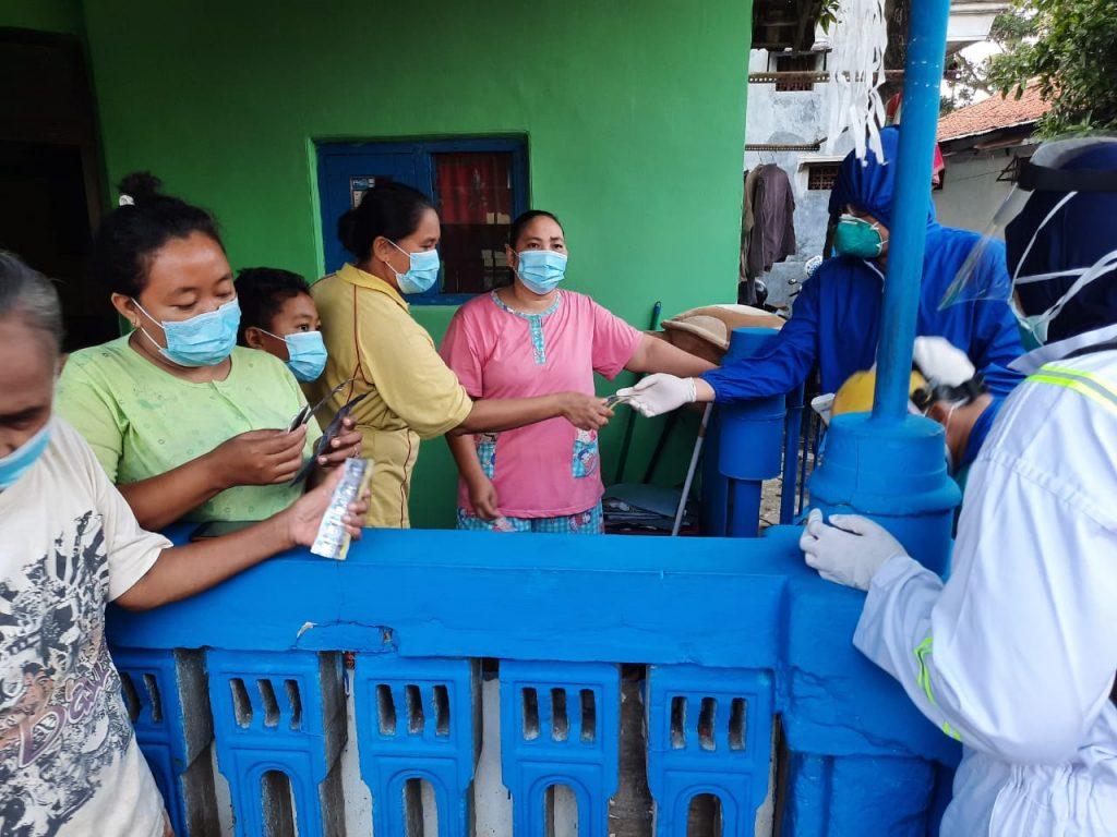 Tim Satgas Covid-19 Kota Probolinggo Gowes Kunjungi Korban Banjir Untuk Periksa Warga