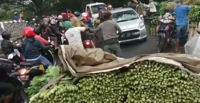 Imbas Corona, Pedagang Bagikan Sayur Gratis ke Pengguna Jalan di Malang