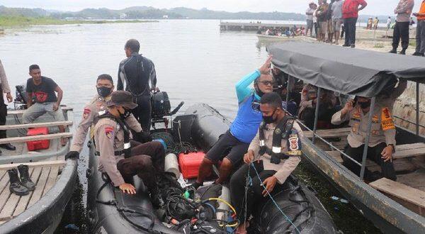 Proses evakuasi pesawat MAF dan pilot yang jatuh di Danau Sentani, Jayapura. (foto: Dok. Polda Papua)