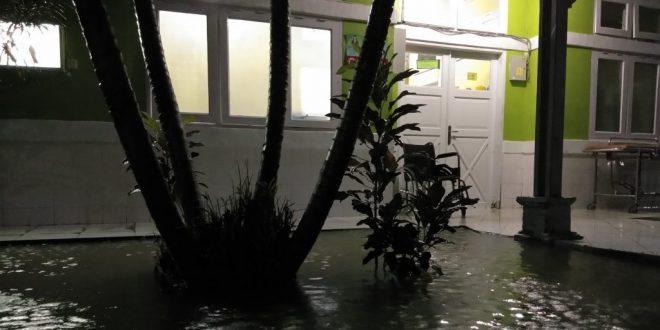 Ruang Perawatan RSUD Sinjai Kebanjiran, Pasien Terpaksa Angkat Barang