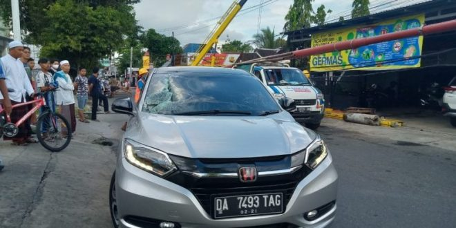 Detik-detik Tiang Listrik Jatuh Menimpa Mobil di Banjarmasin. (foto: apahabar.com)